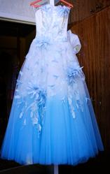 Свадебное платье бело – голубое с цветами